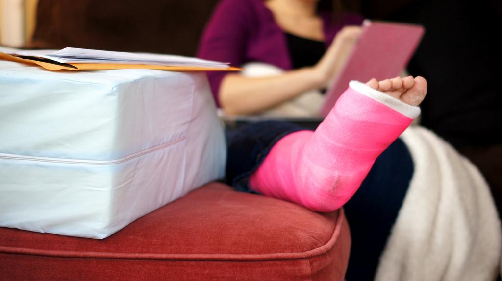 Cum sa te adaptezi situatiei de a avea un picior in ghips