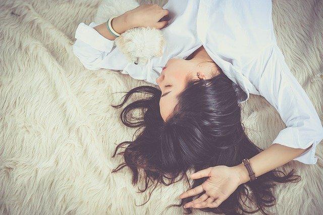 Motive sa renunti la dormitul cu capul pe perna