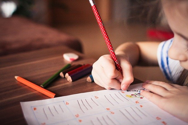 Tu stii cum sa te joci inteligent cu copilul tau? Descopera fisele distractive si educationale