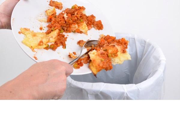 O risipa incredibila! Milioane de tone de mancare ajung anual la gunoi!
