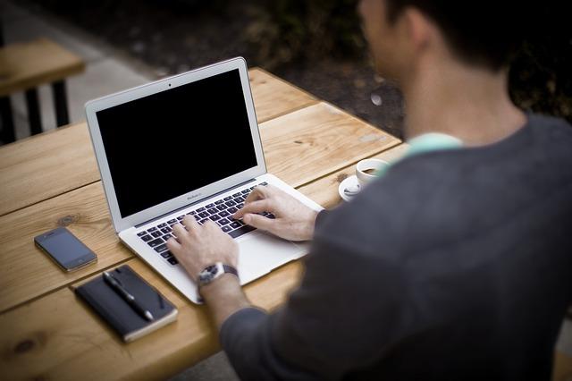 Standing desk – merita sa iei in calcul experienta lucrului la birou stand in picioare?
