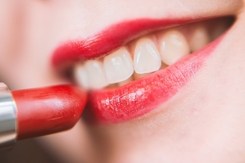 Video Sase metode naturiste care te ajuta sa ai dinti mai albi