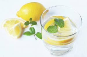 De ce este bine sa bei apa cu lamaie