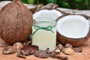 5 trucuri simple pentru infrumusetare cu ulei de cocos
