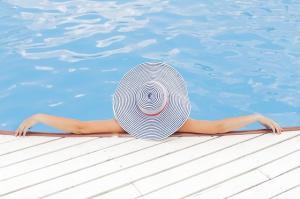 Lista cu produse de care ai nevoie la piscina sau la strand
