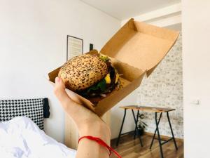 Reteta speciala de burger cu falafel preparat acasa