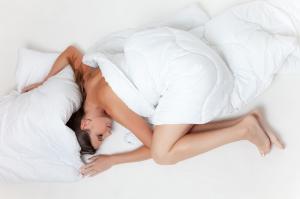 Beneficiile dormitului in pielea goala