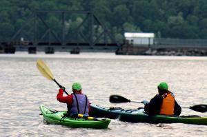 Descopera beneficiile kayakingului pe timp de vara